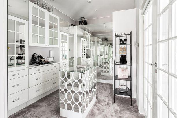 Silkinpehmeä kokolattiamatto, peilikaapit ja runsas luonnonvalo. Voiko tämän täydellisempää pukeutumishuonetta edes olla?