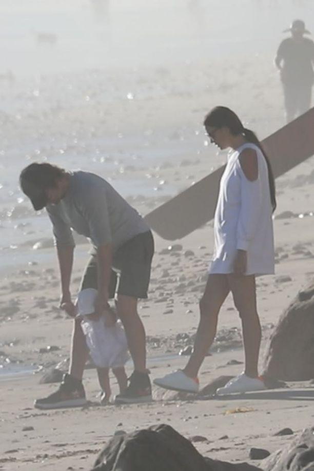 Isä Bradley Cooper oli tyttärensä tukena, kun äiti Irina Shaykin rooliksi jäi ensiaskelien tarkkailu ja ihailu.