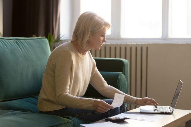 Sähkönsiirtomaksut ovat kasvaneet lyhyessä ajassa valtavasti, ja se tuntuu nyt monen suomalaisen kuluttajan kukkarossa. Kuvituskuva.