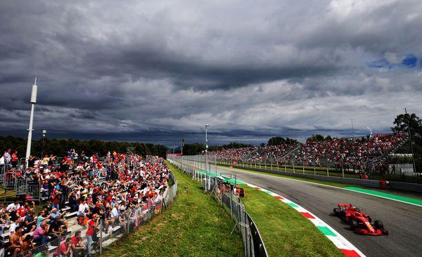 Ferrari-fanit saivat iloita Monzassa lauantaina, kun punaiset valtasivat eturivin Kimi Räikkösen johdolla.
