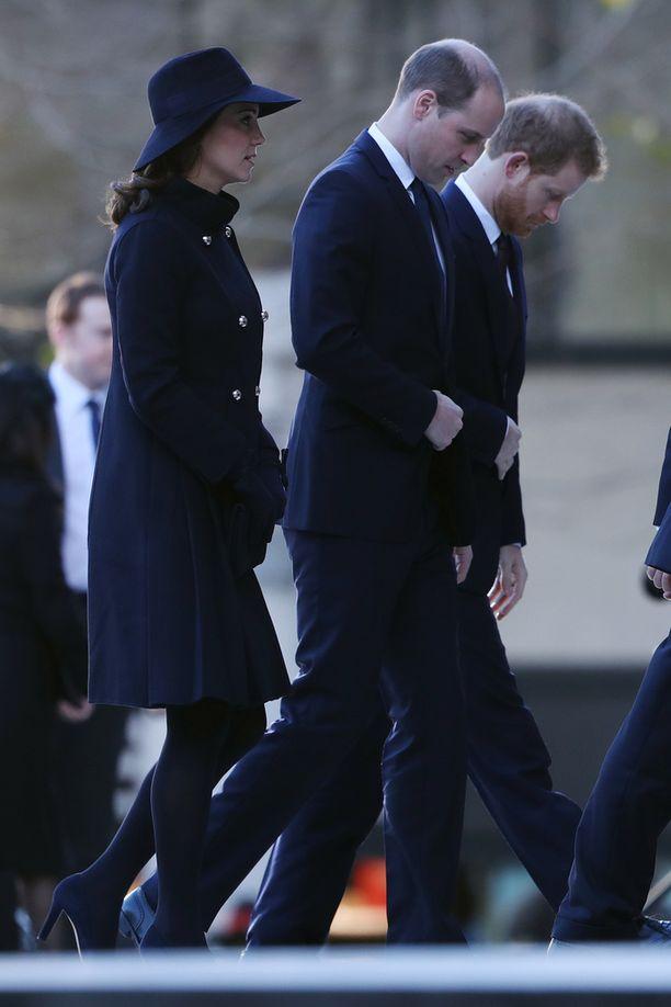 Prinssi Harry vitsailee isoveljensä kaljuuntumisesta, mutta onpa hänenkin takaraivonsa hieman harventunut. Kuva joulukuulta.