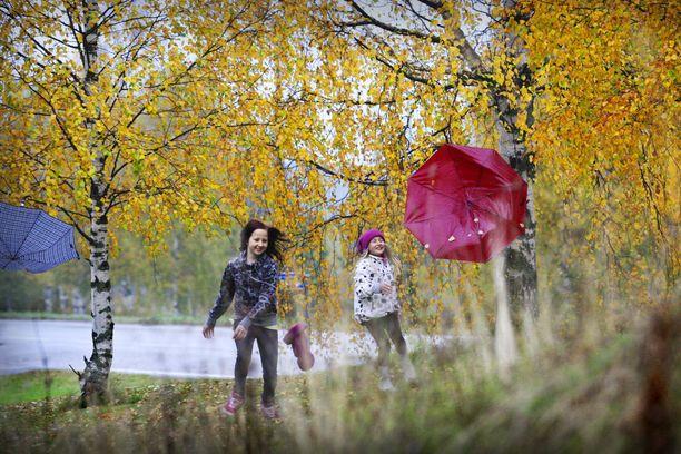 Sateenvarjoja tarvittaneen vasta lokakuun puolella.