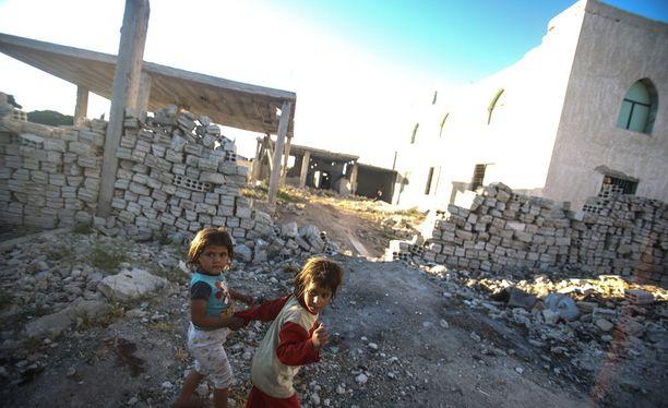Syyrialaislapset ovat menettäneet kotinsa pommitusten seurauksena.