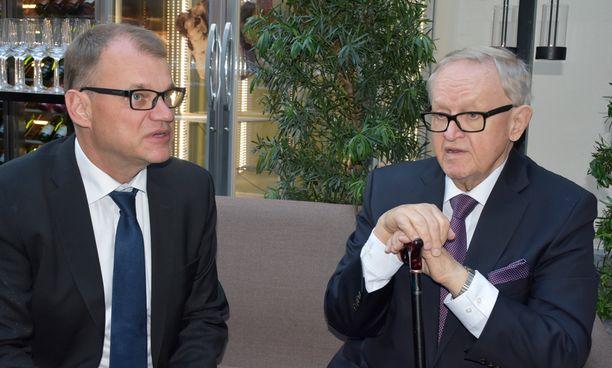 Juha Sipilä ja presidentti Martti Ahtisaari keskustelivat Alexander Stubbin kirjanjulkistustilaisuudessa.