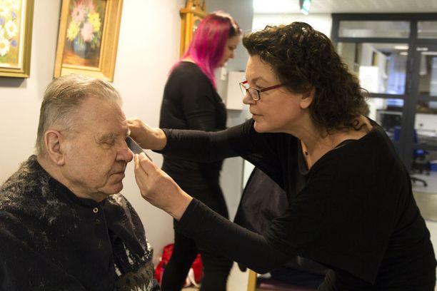 Johanna Ahlberg leikkasi Kaunialan sotavammasairaalassa 83-vuotiaan Viljo Vanhasen tukan.