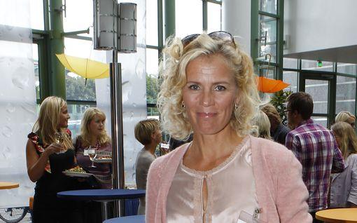 """Bettina Sågbom on istunut kolmen rakkaansa kuolinvuoteen vieressä: """"Kenenkään ei pidä kuolla yksin"""""""