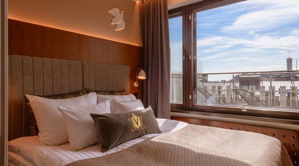 Uudistettu hotellihuone on väreiltään rauhallinen.