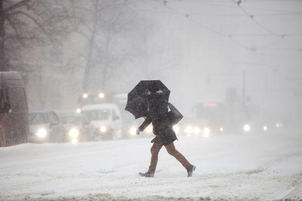 Maan keskiosiin sataa ennusteiden mukaan keskiviikkona runsaasti lunta. Etelässä sateet tulevat vetenä. Arkistokuva.