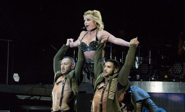 Britney Spears esiintyi lauantaina Brighton Pride -tapahtumassa.