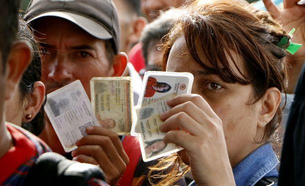Monilla Venezuelasta pakenevilla on mukanaan vain henkilökortti.