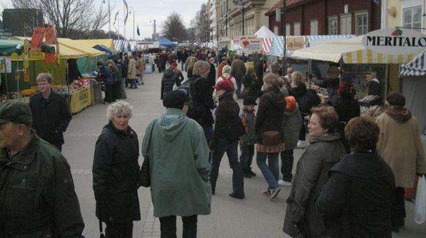 Markkinoilla on kaikkiaan 180 myyntipaikkaa, joista vain vajaa kolmannes on kalanmyyjiä, heistä 27 ammattikalastajia.