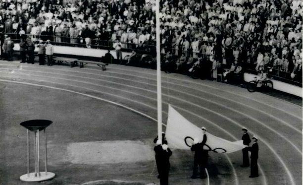 Olympialippu laskettiin Helsingin olympiastadionin salosta tasan 63 vuotta sitten.