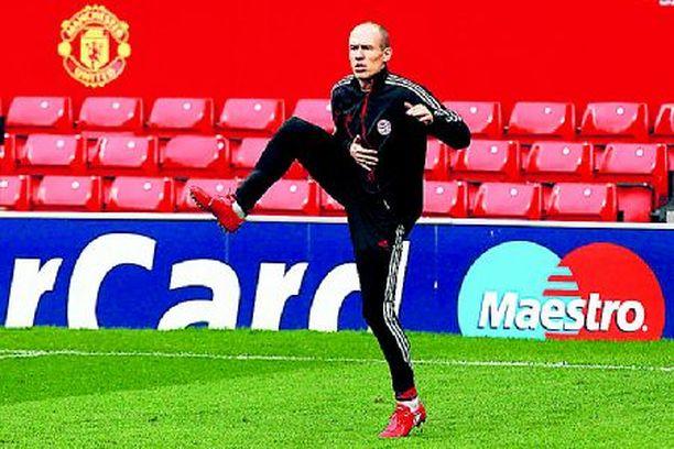 Arjen Robben lämmitteli eilen Old Traffordin nurmella.