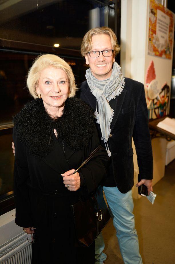 - Olen iloinen, että ehdin katsomaan muidenkin esityksiä. Olen myös aina halunnut nähdä Laura Voutilaisen lavalla, Näyttelijätär-50-vuotistaiteilijajuhlanäytelmäänsä Hämeenlinnan Kaupungin Teatterissa tähdittävä Ritva kertoi.