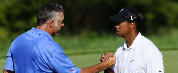 Tiger Woodsin pelo alaa kulkea. Onnittelemassa hänen mailapoikansa Steve Williams.