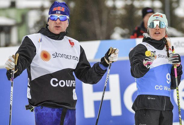 Matti Haavisto (vas.) ja Kerttu Niskanen keskustelivat Seefeldin MM-kisoissa.