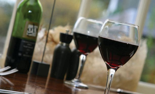Viinissä voi olla arseenia, mutta todennäköisesti kuitenkin niin pieniä määriä, että viinin sisältämä alkoholi on sittenkin se suurempi riski terveydelle.