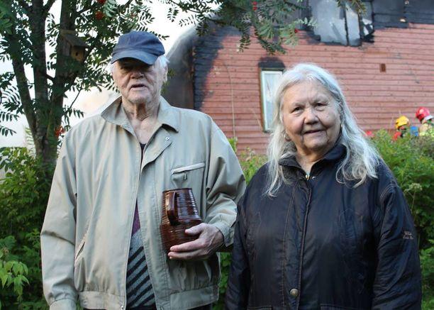 Poliisi herätti Pirkko ja Vilho Hiltusen yöunilta naapurissa roihunneen palon takia.