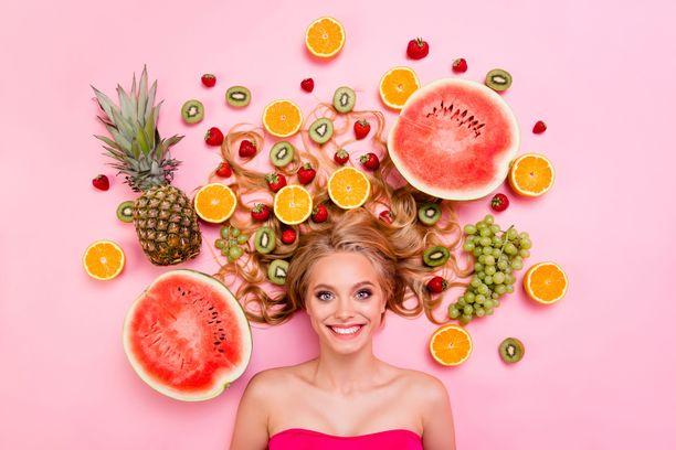 Kesää kohti mentäessä on yhä helpompaa valita päivittäiseen ruokavalioon runsaasti erilaisia hedelmiä, marjoja ja vihanneksia.