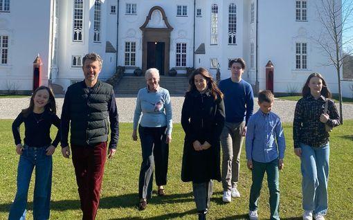 Tanskan kuninkaallisten pääsiäistervehdys hurmaa – koko perhe kotoisissa tunnelmissa