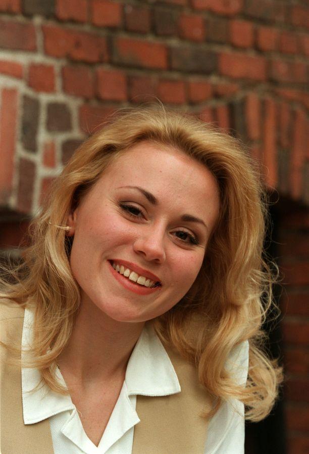 Anna Eriksson nousi esiin 1995 MTV3:n Kiitorata-ohjelman kautta. Laulajan nimeä kantava esikoisalbumi julkaistiin keväällä 1997. Se myi tuplaplatinaa.