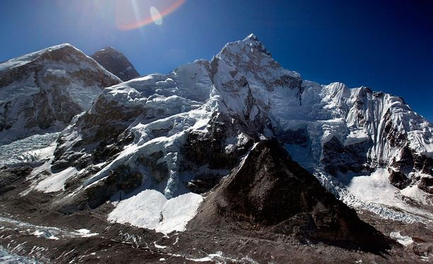 Pariskunta huijasi kiivenneensä Mount Everestille.