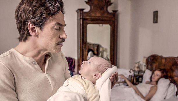 Giovanni suostuu ottamaan vauvan syliinsä, kun kyseessä on poika.