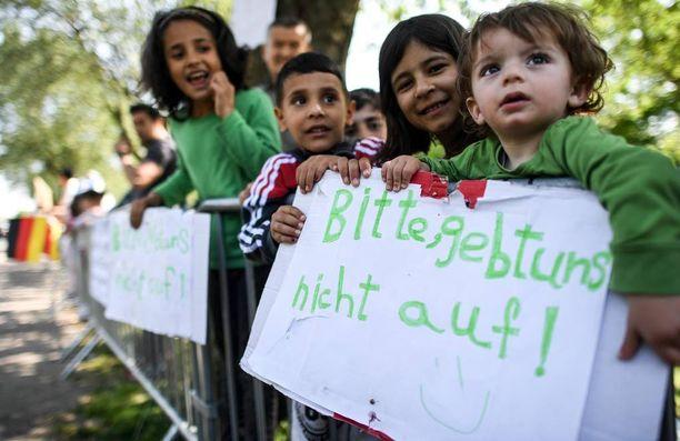 Pakolaislapset pitelivät viime viikolla Düsseldorfissa kylttiä.