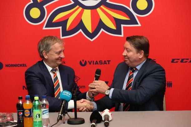 Hjallis Harkimo ja Jari Kurri vaihtoivat näyttävästi kapulaa tiedotustilaisuudessa 24. toukokuuta.