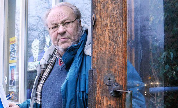 """Perussuomalaisten valtuustoryhmän puheenjohtajan Seppo Kanervan mukaan Tom of Finland -patsas sopisi paremmin Kallioon, koska """"siellä nyt on muutenkin vähän semmoista""""."""