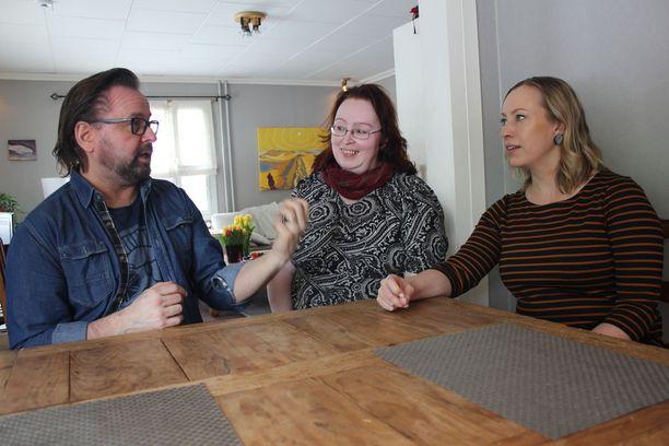 Heikki ja Kaisa Hela käyvät Saana Monthanin kanssa tarkasti läpi kuinka hoito on auttanut.