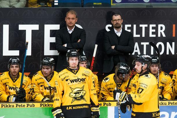 Jussi Markkasen (takana vas.) ja Ville Hämäläisen ilmeet SaiPan vaihtopenkin takana ovat vakavat. Sijalla 12 oleva joukkue jatkaa kuitenkin kolmen ottelun voittoputkessa, kun Liiga joulun jälkeen jossain vaiheessa pyörähtää taas käyntiin.