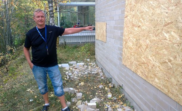 Bensa-aseman yrittäjä Juha Lehtinen näyttää asemalleen tehtyjä reikiä, jotka ovat jo peitetty puulevyillä. Reiät tehtiin kirveellä, vasaralla ja raudalla, jotka ovat poliisin hallussa.