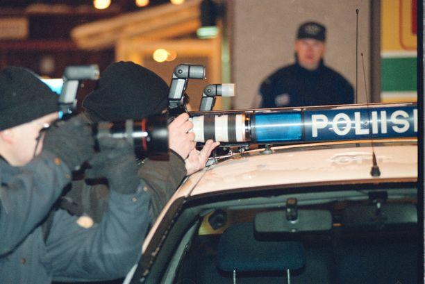 Poliisi valvoi valokuvaajien toimintaa rikospaikan liepeillä Albertinkadulla helmikuun 21. päivänä 1999. Paikalle tuli välittömästi runsaasti yleisöä ja mediaa.