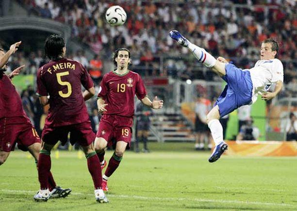 """Wesley Sneijder tuhrii ja portugalilaiset miettivät samaa kuin me kotisohvilla - """"Mutsikin olisi pannut tosta""""."""