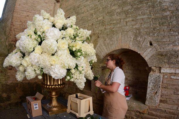 Häiden väriteemana oli valkoinen. Luostaria koristi näyttävät kukka-asetelmat.