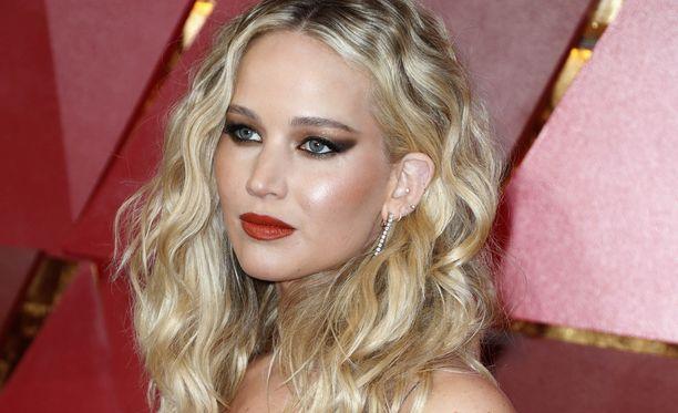 Jennifer Lawrence järkyttyi intiimien kuviensa päätymisestä nettiin.