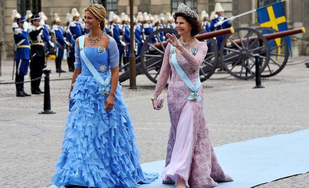 Prinsessa Madeleine ja kuningatar Silvia pitävät lasten puolia hyväntekeväisyysjärjestössä. Kuva vuodelta 2010, jolloin kuninkaalliset juhlivat kruununprinsessa Victorian häitä.