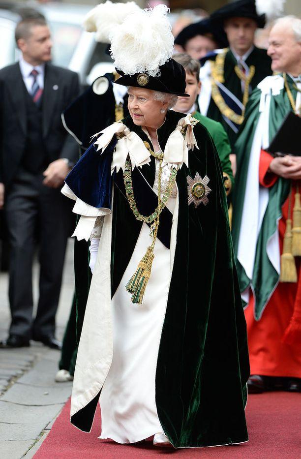 Kuningatar Elisabetia arvokas viitta kuninkaallisine käätyineen puki paremmin.