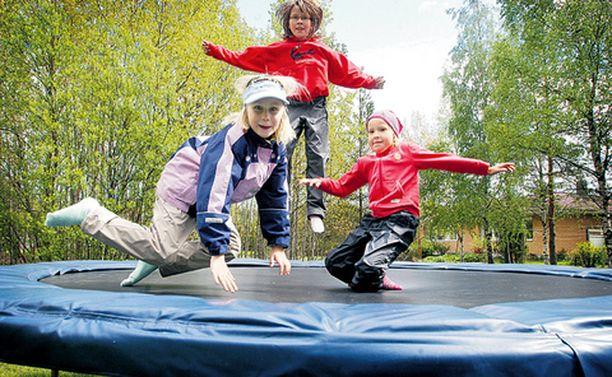 Mikaela, Iiris ja Fanni viihtyvät trampoliinilla vaikka joka päivä.