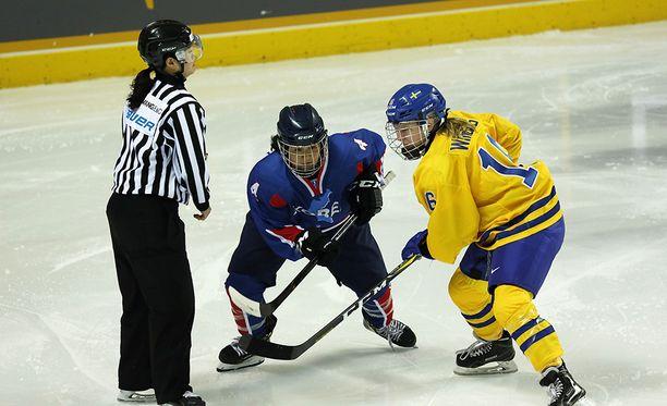 Ruotsin naisten jääkiekon maajoukkue pelasi ystävyysottelun Korean naisia vastaan sunnuntaina. Korean joukkueessa oli mukana pelaajia Pohjois-Koreasta.
