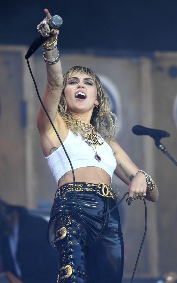 Miley Cyrus pääsi lopulta esiintymään Glastonbury-festivaaleilla.