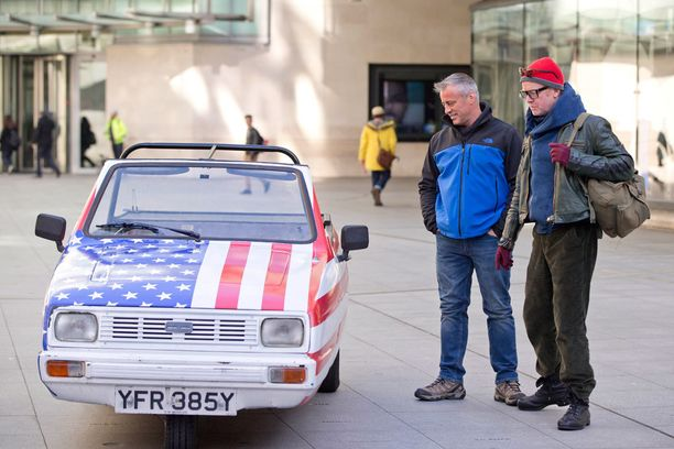 LeBlanc ja Evans ihastelivat autoja.