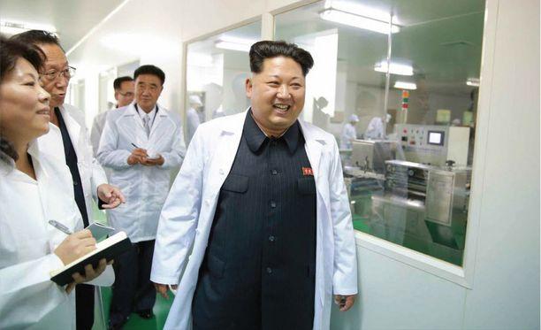 Tyypillisissä valtion julkaisemissa kuvissa Kim Jong-un vaikuttaa tyytyväiseltä tehdessään tarkastuskierroksia maan tehtaissa.