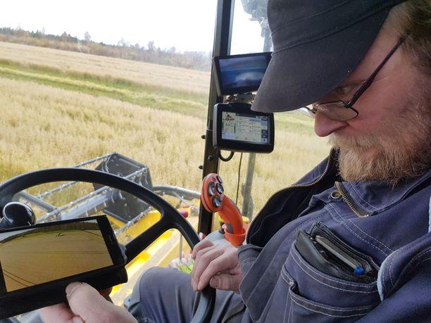 Viime vuonna tuttu maanviljelijä kuvasi dronella, kun Timo Hummastenniemi pui ohraa ja laittoi videon YouTubeen.