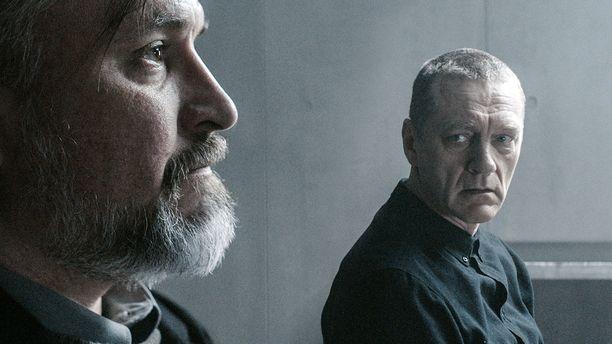 Kristo Salminen esittää Markus Laurilaa, joka on suljetun ja ankaran uskonnollisen yhteisön johtaja. Ville Virtasen tulkitsema Kari Sorjonen koettaa ymmärtää, miten miehen ajatukset juoksevat.