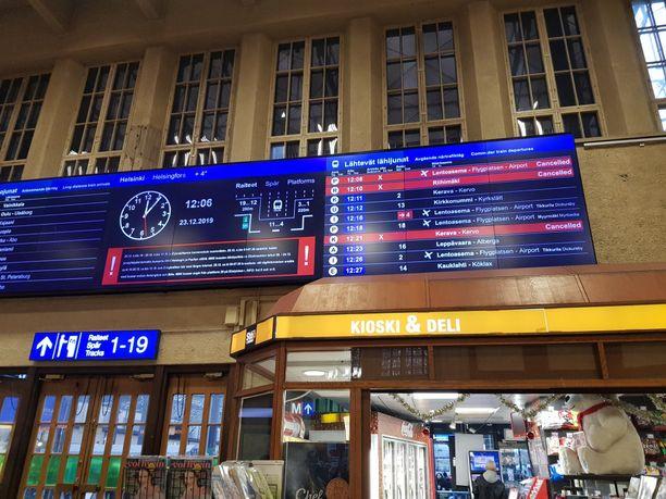 Rautatieaseman aikataulunäyttö hohkasi punaista aatonaattona.