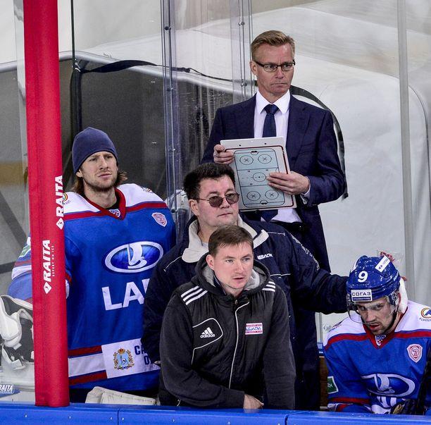Sakari Lindfors toimii KHL:ssä Lada Toljatin maalivahtivalmentajana.