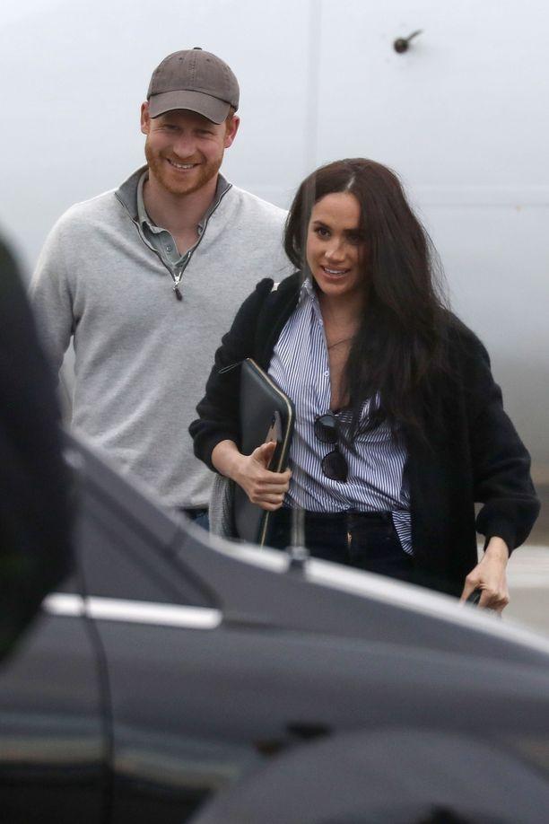 Harry ja Meghan Victorian lentokentällä Kanadassa ystävänpäivänä. Pari palasi parin päivän Kalifornian-reissulta, jonka on uumoiltu liittyneen tuleviin työkuvioihin.
