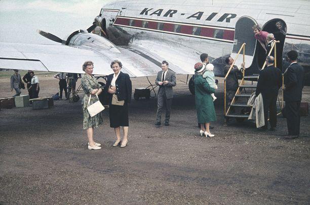 Kar-Air (Karhumäki Airways) lentokone ja matkustajia Helsingin lentoasemalla joskus 50-luvulla. Alkuaikoina asema tunnettiin paremmin Seutulana, ja sen virallinen nimi oli Helsingin lentosema.